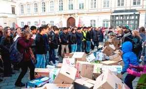 Demo-Teilnehmer_innen rissen die symbolische Mauer aus Kartons ein © Mohammad M. Manshadi